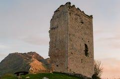 Populaire toeristische attractieplaats: Ruïnes van een middeleeuws torenkasteel van XII eeuw asturias spanje royalty-vrije stock afbeelding