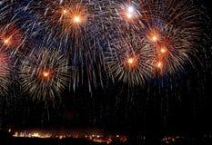 Fogos-de-artifício diferentes coloridos desempenho das cores, festival dos fogos-de-artifício em Malta Imagens de Stock