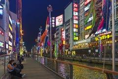 Popularna noc zakupy scena w Osaka mieście przy Dotonbori Namba terenem z iluminującymi neonowymi znakami billboardami wzdłuż rze Obrazy Royalty Free