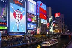 Popularna noc zakupy scena w Osaka mieście przy Dotonbori Namba terenem z iluminującymi neonowymi znakami billboardami wzdłuż rze Zdjęcia Stock