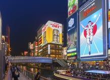 Popularna noc zakupy scena w Osaka mieście przy Dotonbori Namba terenem z iluminującymi neonowymi znakami billboardami wzdłuż rze Zdjęcie Stock