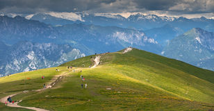 Popularna turystyczna trasa w górach nad Malcesine w Garda jeziornym regionie w Włochy Zdjęcie Royalty Free
