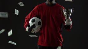 Popularny futbolista pod pieniądze deszczem, piłki nożnej świetlicowego kupienia nowy fachowy gracz zbiory wideo