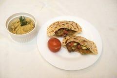 Popularny Izraelicki naczynie - falafel w talerzu na białym tablecloth Zdjęcie Stock