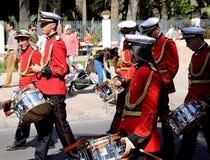 Popularny uliczny muzyczny zespół jest ubranym czerwone kurtki z bębenami i trąbkami zdjęcia royalty free