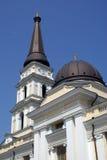 Populier beneden en kerk in Odessa Stock Foto