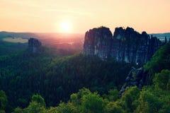 Populära klättrare tillgriper i Sachsen parkerar, Tyskland Skarpa sandstenklippor ovanför den djupa dalen Arkivbild