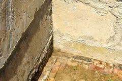 porão parede crua suja começo da construção, fundação imagem de stock