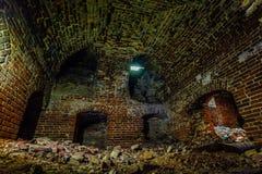 Porão subterrâneo abandonado sujo escuro e assustador fotografia de stock royalty free