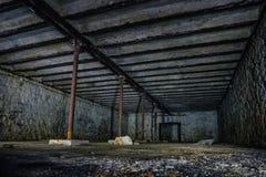 Porão subterrâneo abandonado sujo escuro e assustador fotos de stock
