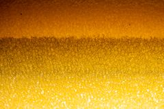 Porös textur av svampen Gult poröst svampmaterial Textur för skumgummi arkivbilder