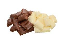 Poröse Schwarzweiss-Schokolade auf weißem Hintergrund Stockbilder