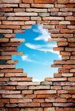 Poröse Wand, zum des blauen Himmels zu sehen stockbild