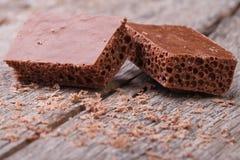 Poröst mjölka choklad och smula arkivbild