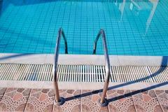 Poręcz na basenie Pływacki basen z schodowym zbliżeniem Zdjęcie Royalty Free