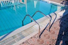 Poręcz na basenie Pływacki basen z schodowym zbliżeniem Fotografia Royalty Free