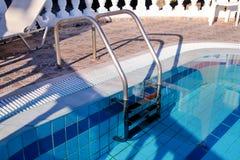 Poręcz na basenie Pływacki basen z schodowym zbliżeniem Obrazy Royalty Free
