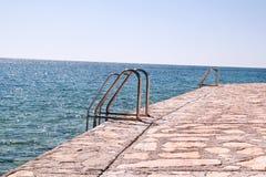 Poręcza dopłynięcie na plaży morze Fotografia Stock