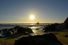 Por做sol na Praia_Sunset在海滩 免版税库存图片