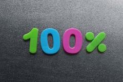 100 por cento soletrados para fora usando ímãs coloridos do refrigerador Imagens de Stock