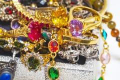 Por completo de gemas preciosas y de Jewelly, anillos en el cofre del tesoro o fotografía de archivo