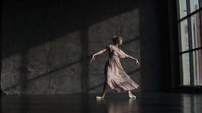 Por completo de la bailarina de la tolerancia agraciado y maravillosamente bailando en zapatos del pointe y un vestido que agita  almacen de metraje de vídeo