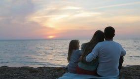 Por completo de la familia del amor disfrute de la puesta del sol magnífica encendido