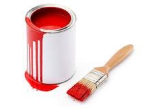 Por completo del estaño rojo de la pintura cerca de la brocha Imagen de archivo