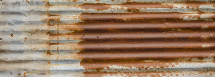 Por completo del tejado viejo oxidado de la lata fotos de archivo