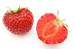 Por completo y fresa madura roja rebanada Imagen de archivo libre de regalías