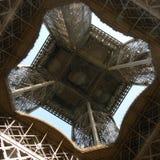 Por debajo la torre Eiffel Fotos de archivo