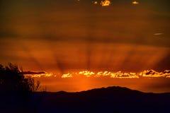 Por do sol épico sobre montanhas Foto de Stock