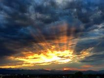 Por do sol épico sobre montanhas Fotografia de Stock