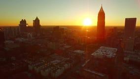 Por do sol aéreo da arquitetura da cidade de Atlanta video estoque