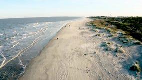 Por do sol aéreo da praia da metragem na ilha de Jekyll filme