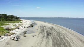 Por do sol aéreo da praia da metragem na ilha de Jekyll vídeos de arquivo
