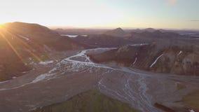 Por do sol aéreo sobre o delta do rio em montanhas islandêsas video estoque