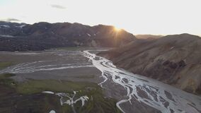 Por do sol aéreo sobre o delta do rio em montanhas vulcânicas de Islândia filme