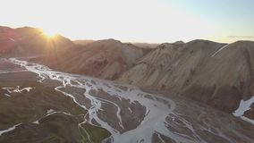 Por do sol aéreo sobre o delta do rio na natureza vulcânica de Islândia video estoque
