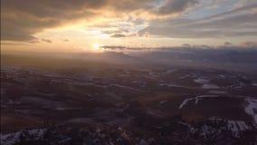 Por do sol aéreo sobre o país rural filme