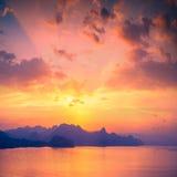 Por do sol acima da baía de Sudak fotografia de stock