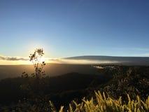 Por do sol acima da cratera de Halema'uma'u e do Mauna Loa no parque nacional dos vulcões de Havaí na ilha grande, Havaí Foto de Stock Royalty Free