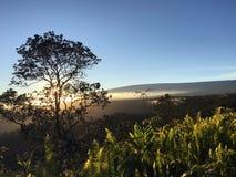 Por do sol acima da cratera de Halema'uma'u e do Mauna Loa no parque nacional dos vulcões de Havaí na ilha grande, Havaí Fotos de Stock