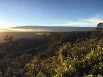Por do sol acima da cratera de Halema'uma'u e do Mauna Loa no parque nacional dos vulcões de Havaí na ilha grande, Havaí Imagem de Stock Royalty Free
