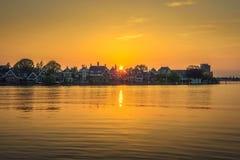 Por do sol acima da vila bonita de Zaanse Schans na Holanda fotos de stock