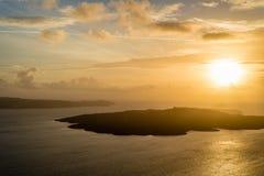 Por do sol acima de Nea Kameni de Fira, Santorini imagem de stock
