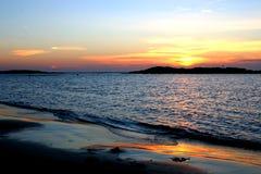 Por do sol acima do mar Imagens de Stock Royalty Free