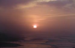 Por do sol acima do Oceano Atlântico na névoa da noite Imagem de Stock