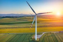 Por do sol acima dos moinhos de vento Fotos de Stock Royalty Free