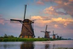 Por do sol acima dos moinhos de vento holandeses velhos em Kinderdijk, Países Baixos Imagem de Stock